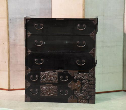 japanese-black-lacquered-chest-for-sale-001_1067x712