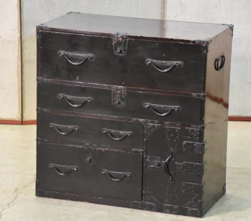 small japanese lacquered chest 002_936x625